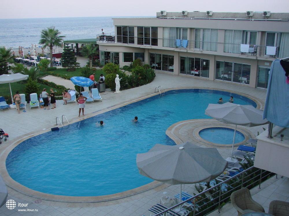 La Perla, бассейн (с балкона)