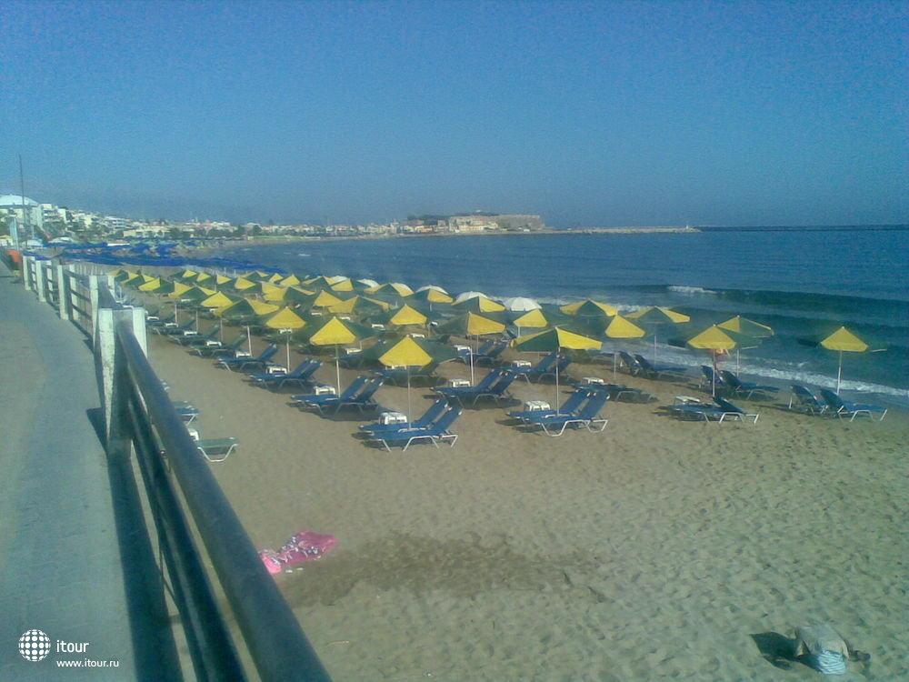 Пляж рядом с гостиницей, через дорогу