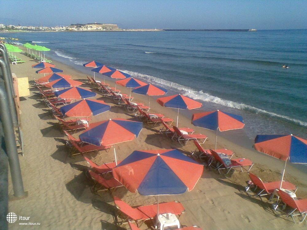 Пляж рядом с отелем, на котором залогорали. Уютный, тихий. У моря комфортнее, так как ветер дует, чем на второй линии лежаков. 7 евро на двоих на день, можно ка сказать на сутки.
