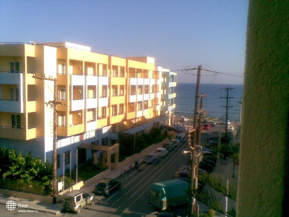 Вид из гостиницы Лефконико Бич, на Лефконико Бей и пляж.