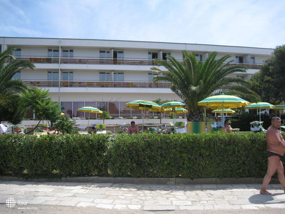 Вид на 2-й корпус с пляжа