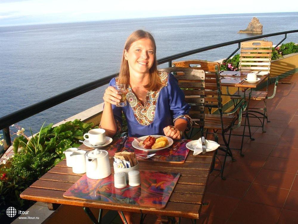 завтрак на панорамном балконе ресторана