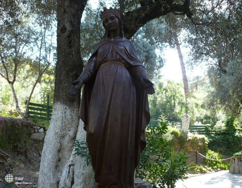 возле домика св. девы Марии в Эфесе