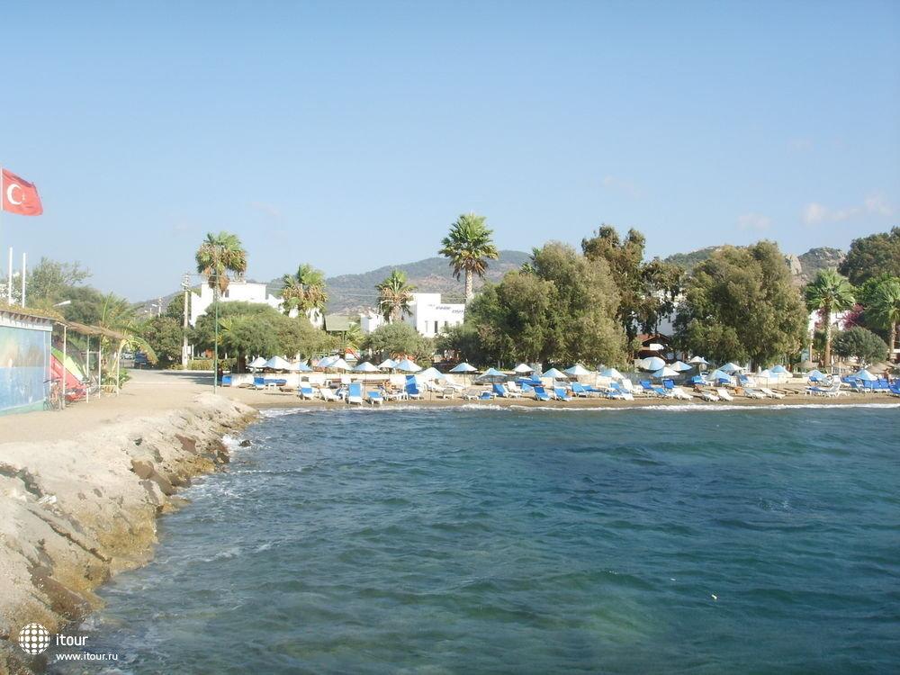Пляж, сзади отель, слева пирс