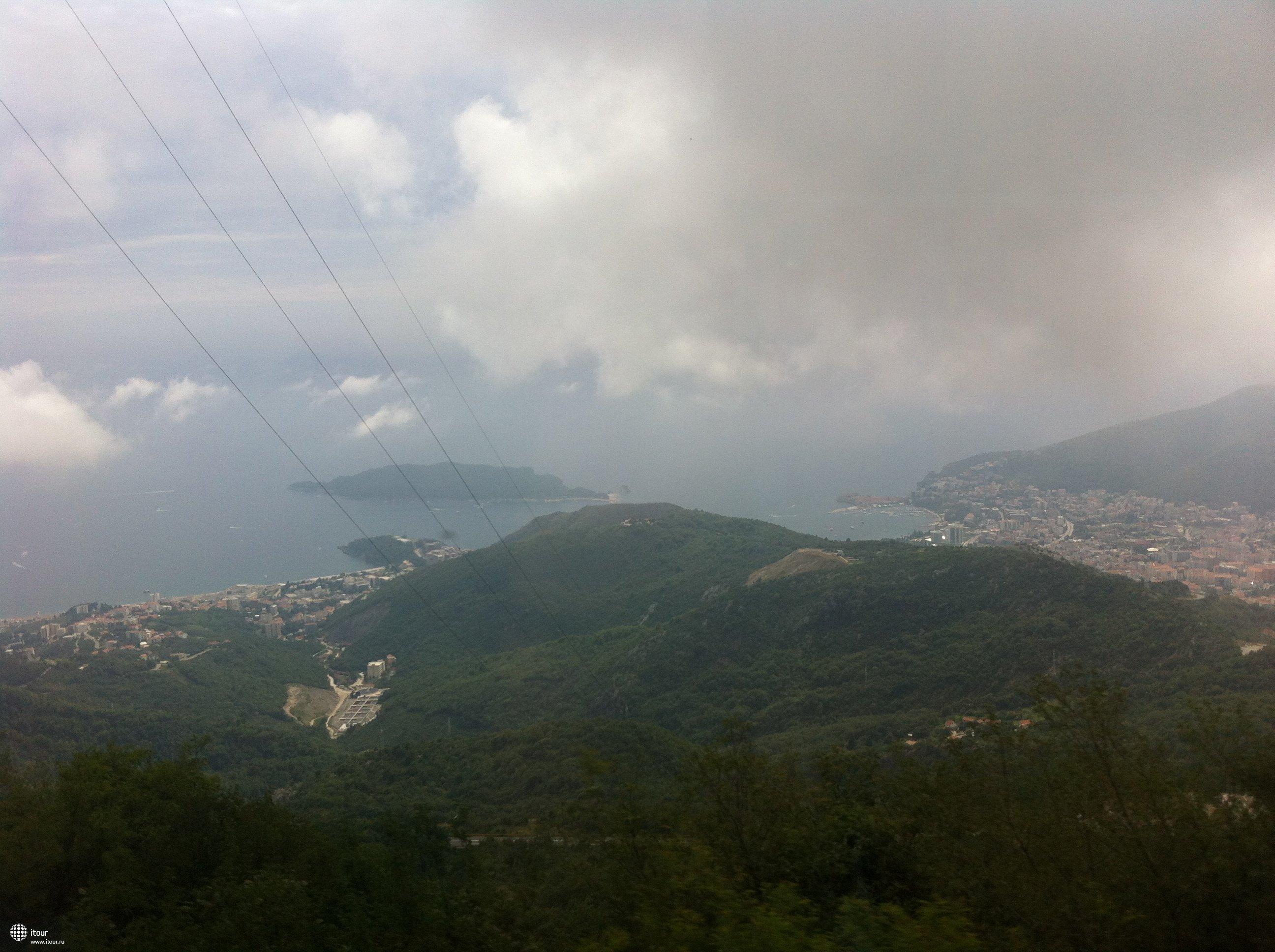 Едем по серпантину на Скадарское озеро. Вид на море: слева Бечичи, справа - Будва.
