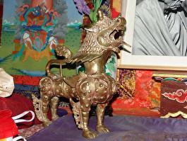 собака-дракон в любом храме в Ладахе