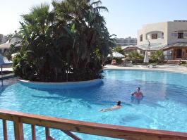 Бассейн. Справа - spa-центр с закрытым бассейном, за ним проглядывает корпус Sports Inn