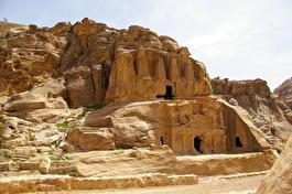 Древний храм с обелисками