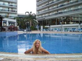 В бассейне отеля