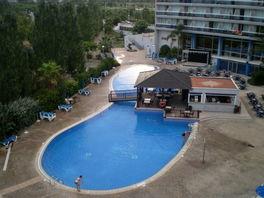 Вид бассейна с балкона отеля