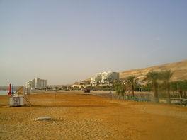 вид с пляжа отеля ЛеонардоПлаза на наш отель(с права)и Леонардо Клаб(слева)