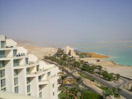 вид с балкона на отель Леонардо Плаза-на пляж которого мы ходим