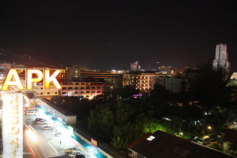 Вид с крыши отеля, где находится бассейн