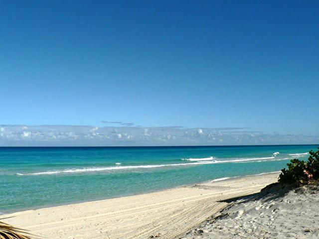 море рядом с  VILLAS SOTAVENTO (пляж не оборудован, оборудованный в 100-350 м от виллы в зависимости от виллы), Куба