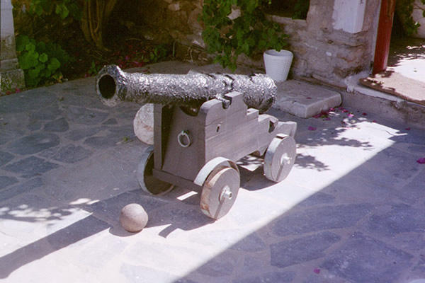 Пушка - экспонат музея.