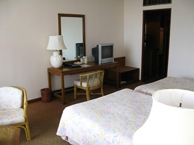 Отель расположен в 37 км от аэропорта u-taphao, в км от бангкока, в км от аэропорта бангкока и в 10 минутах от города паттайя.