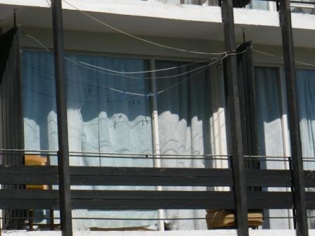 вид на номер в ален мак с улицы, балкон