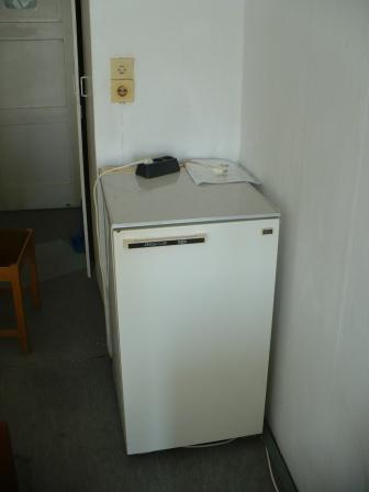 коридор, комната, холодидьник, за ним самодельный шкаф