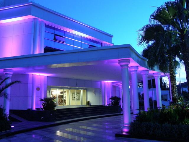 Отель вечером, вид с улицы
