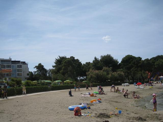 Общественный пляж перед отелем