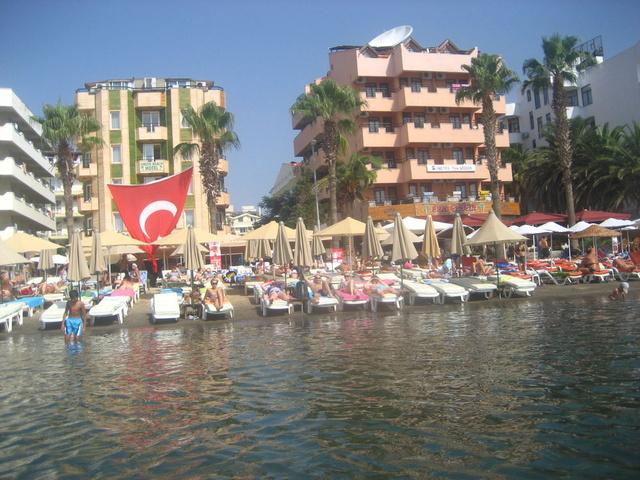Вид на отель с моря. (San Gezgin справа)