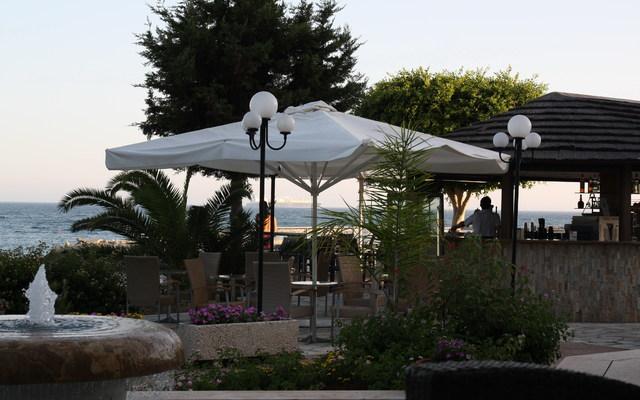 Бар рядом с бассейном и пляжем. Июль 2009