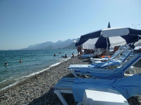 Оснащение пляжа отеля: шезлонги, матрасы (полотенца выдаются при входе в туннель на пляж), зонты, столики. Все это было бесплатно.