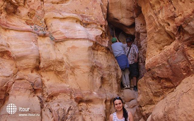 На экскурсии в цветной каньон пролезали через узкую щель между камней