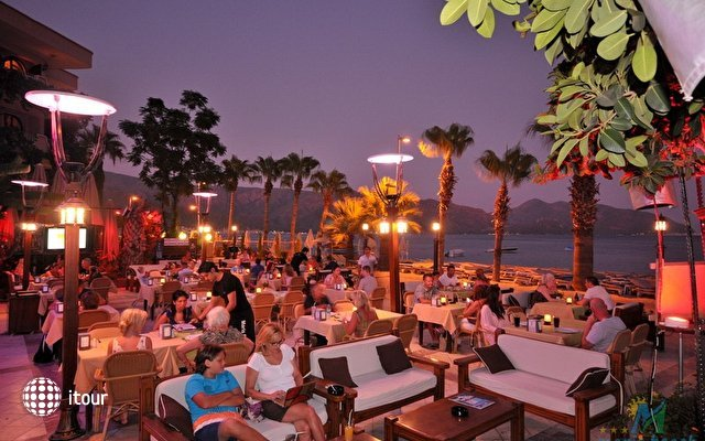 Maris Beach Hotel 8