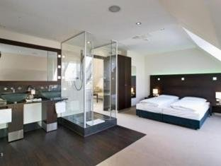 Fleming's Deluxe Hotel 7