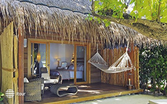 Constance Moofushi Resort 9