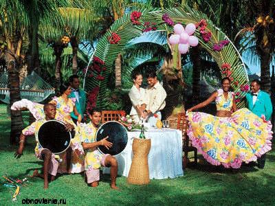 Сейчас стало модно проводить стилизованные свадьбы.  В Европе популярны свадьбы в гавайском стиле.