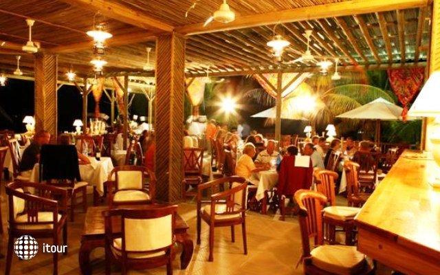 Hibiscus Beach Resort & Spa 9