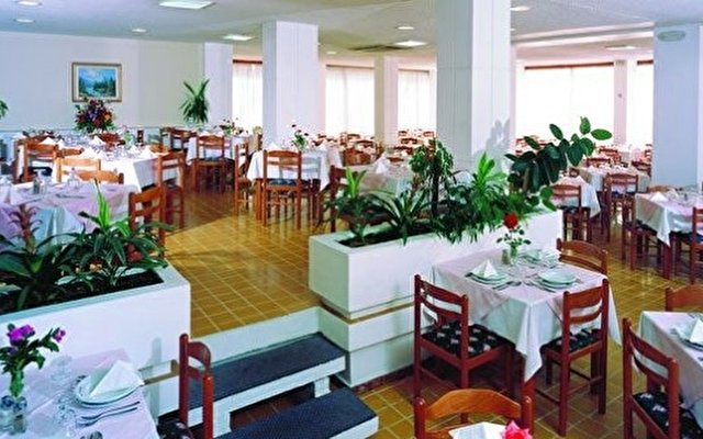 Belvedere Beach Hotel 8