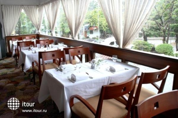 Louis' Tavern Hotel 8