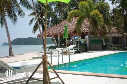 Lime N Soda Beachfront Resort 5