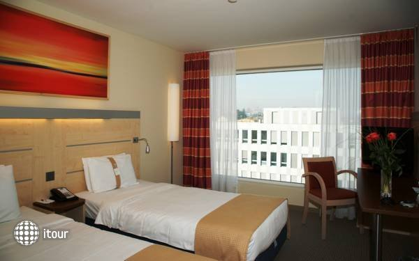 Holiday Inn Express Zurich Airport 8