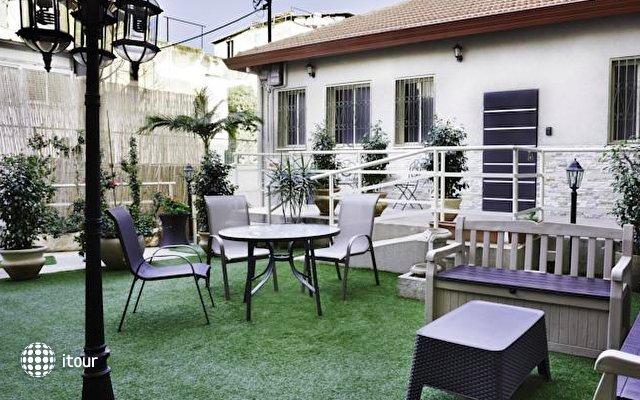 Loui Hostel Gardens 1