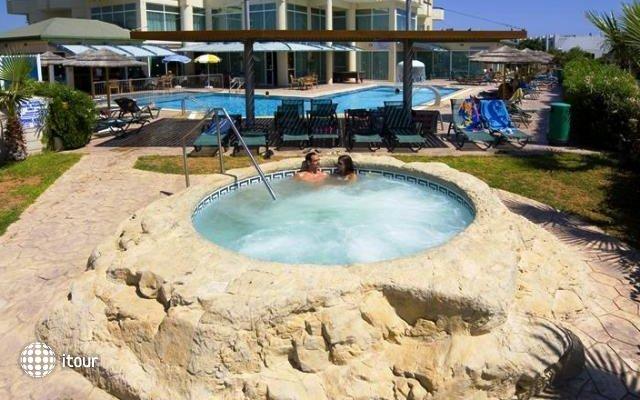 Tasia Maris Sands Hotel 6