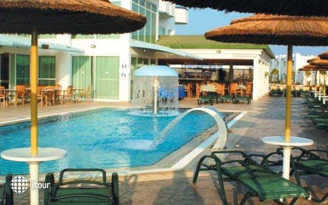 Tasia Maris Sands Hotel 7
